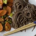 Espaguetis soba con verduras a la plancha