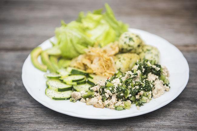 Revuelto vegano de tofu y escarola