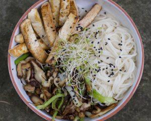Pasta somen con tofu macerado y salteado de shiitake y puerro